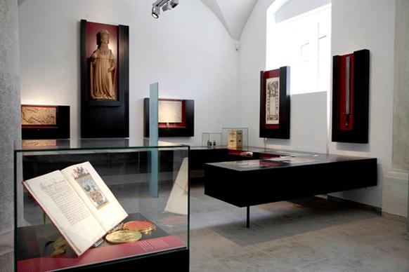 Stadtgeschichtliche Ausstellung im historischen Gewölbesaal im Schwörhaus
